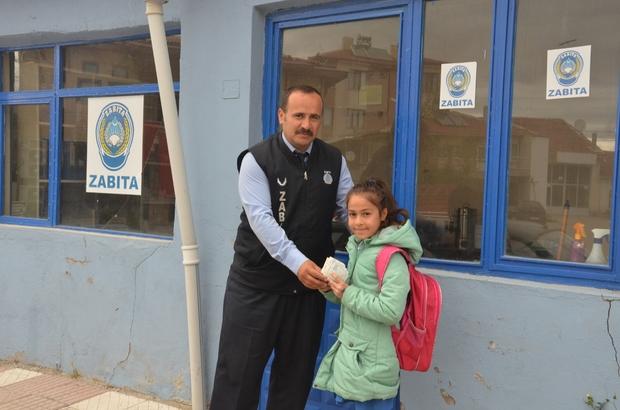 9 yaşındaki çocuk yolda bulduğu parayı zabıta amirine teslim etti