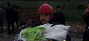 İtfaiye eri kurtardığı bebeği sakinleştirmek için dakikalarca uğraştı Takla atan araçta 4'ü çocuk 7 kişi yaralındı