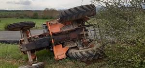 Devrilen traktörün altında kalan iki kişi yaralandı