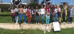 Öğrenciler hava üssünde Savaş uçaklarını yakından gördüler