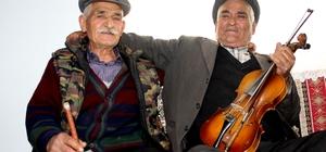 Çobanlıkla başlayan 65 yıllık müzik kardeşliği Menteşe'nin kırsal Çatakbağyaka Mahallesinde 78 yaşındaki Hüseyin Özkan ve aynı yaştaki Memduh Yıldırım 65 yıldır birlikte müzik yapıyor.