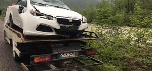 Otomobil dereye uçtu, sürücü aracın tavanında kurtarılmayı bekledi
