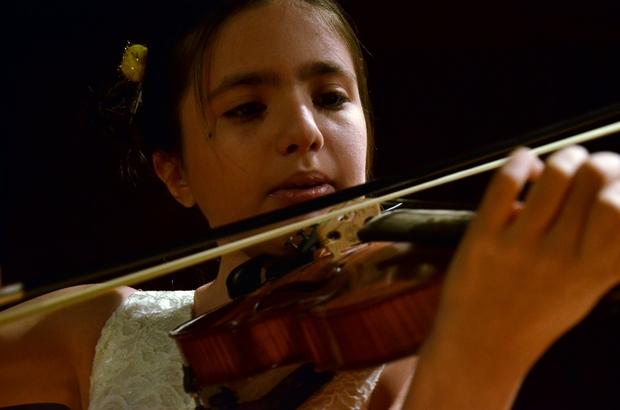 """Genç yetenek Elif İtalya'dan birincilikle döndü Elif Eroğlu, İtalya'da düzenlenen 29. Uluslararası Citta di Barletta Genç Müzisyenler Yarışması'nda 'Premio Assoluto' derecesiyle birinci oldu Elif Eroğlu: """"Dünyada müzik olursa, barış da olur"""""""
