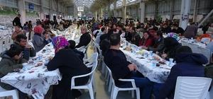 Gençler bir araya gelip bin kişiye iftar verdi Bursa'da gençlerden örnek davranış