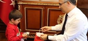 Vali Kemal Çeber, Minik Barış'ı makamında ağırladı Kaybolduktan 1 gün sonra bulunan Minik Barış'tan Rize Valisi Çeber'e ziyaret
