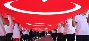 Düzce'de Gençlik Haftası renkli görüntülerle kutlanıyor Gençlik yürüyüşünde dev Türk Bayrağı ile yürüdüler