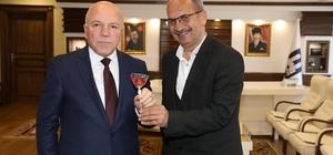 Erzurum Şehir Tiyatrosu Yönetmeni Yetimoğlu'ndan Başkan Sekmen'e 'horoz şekeri'
