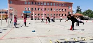 Öğrenciler önce koşuyor, sonrada soruları cevaplıyor Bigadiçli öğretmenlerden, öğrencilerine spor bilinci
