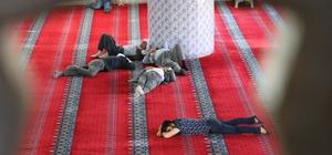Sıcaktan bunalan vatandaşlar camilerde serinliyor