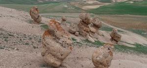 Gizemli kayaların sırrı çözülüyor Prof. Dr. Gülpınar Akbulut Özpay, Sivas'ın Kangal ilçesinde dikkat çeken kayaların, aşınma sonucu oluşmuş olabileceğini söyledi