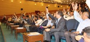Borçlanma yetkisi yeniden komisyona gönderildi Mersin Büyükşehir Belediye Başkanı Vahap Seçer'in, Büyükşehir Meclisi'nden istediği 349 milyon 500 bin TL'lik borçlanma yetkisi, Plan ve Bütçe Komisyonu'nda 3'e 4 oyla reddedilirken, rapor, bugün yapılan meclis toplantısında ele alındı. Borçlanma yetkisi, uzun tartışmaların ardından bir kez daha değerlendirilmek üzere yeniden Plan ve Bütçe Komisyonuna gönderildi