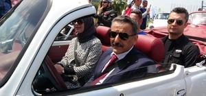 Vosvoslardan 100. yıla özel şehir turu Samsun Valisi ve Büyükşehir Belediye Başkanı vosvosların direksiyonuna geçerek konvoya öncülük etti