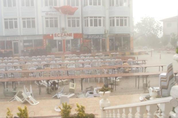 """Fırtınalı havada iftar İftar öncesi başlayan fırtına ve dolu yağışı sandalye ve masalar havada uçuştu, cadde adeta savaş alanına döndü Fırtına geçince Belediye Başkanı, personel ve misafirler seferber oldu iftar alanı yeniden düzenlendi Yaklaşık 2 bin kişiye verilen iftar programında konuşan Belediye Başkanı Çam; """"Rabbim bizleri daha büyük afetlerden sakınsın, şiddetli fırtınaya rağmen bizleri yalnız bırakmayıp gönül soframıza konuk olan tüm herkese sonsuz teşekkür ediyorum"""""""