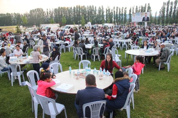 """Geleneksel Sivrihisar iftarına yüzlerce vatandaş katıldı Belediye Başkanı Hamid Yüzügüllü: """"Biz hep beraber Sivrihisar'ız"""""""