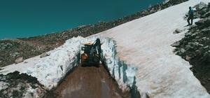 Muğla'da Mayıs ayında karla mücadele Sahillerin dolmaya başladığı Muğla'nın yüksek kesimlerinde karla mücadele yapılıyor