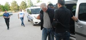Sahte bomba düzenekli soyguncuyu topallaması yakalattı