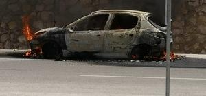 Alev alan otomobil kullanılamaz hale geldi Otomobildeki 2 kişi hafif yaralı olarak kurtuldu