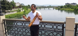 Soyadı mesleği oldu Kemençeli sokak şarkıcısı dikkat çekiyor