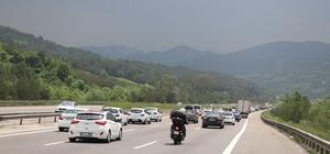 Bolu'da, tatilciler kilometrelerce araç kuyruğu oluşturdu Bolu'da, TEM otoyolu üzerinde trafik yoğunluğu artarak devam ediyor