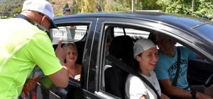 Annesini trafik müdürüne şikayet etti Muğla'da trafik uygulamasında ailesinin hatalı sürüşüne not vermesi için karne verilen çocuk, annesini elma çöpünü araçtan attığı için şikayet etti