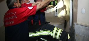 Bayram ziyaretine gittiler, asansörde mahsur kaldılar Asansörde mahsur kalan 4 kişi itfaiye ekipleri tarafından kurtarıldı