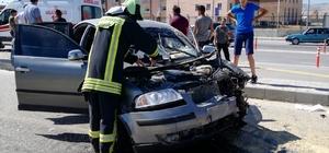 Traktörle çarpışan otomobil hurdaya döndü: 5 yaralı