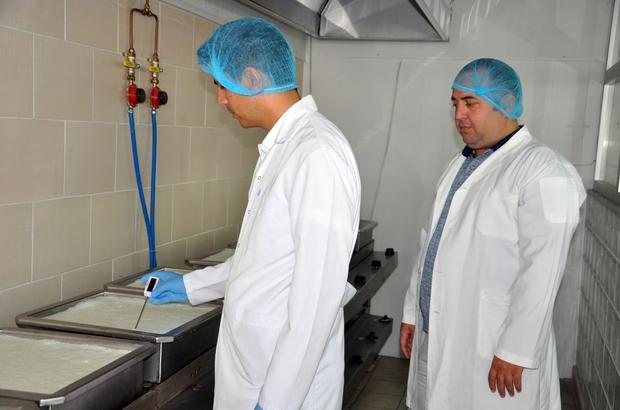 """AKÜ'lü akademisyenler borlu süt ve et ürünleri üretti Kanser tedavisinde etkin olarak kullanılan bor, süt ve et ürünleriyle birleşti AKÜ'lü akademisyenler bor madeniyle et ve süt ürünlerinin raf ömrünü uzattı AKÜ Veteriner Fakültesi Öğretim Üyesi Doç. Dr. Mustafa Kabu: """"Maksimum yararlanma almak için elimizden gelen çabayı sarf ettik"""" """"230 bor madenin arasından seçilerek yapılıyor"""" """"Kaymak yurtdışına gönderilebilecek"""" Veteriner Fakültesi Öğretim Üyesi Doç. Dr. Recep Kara: """"Ürünün patentini aldık"""""""