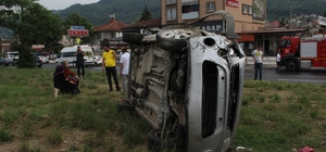 Otomobil ile hafif ticari aracın karıştığı kazada 2 kişi yaralandı Kazada hafif ticari araç yan yattı