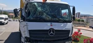 Kamyon ile yolcu minibüsü çarpıştı, şans eseri yaralanan olmadı