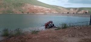 El frenini çekmeyi unutunca traktör gölete girdi