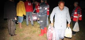 Sel mevsimlik tarım işçilerini vurdu Eskişehir'de sağanak yağış sele neden oldu Türk Kızılayı sel vuran alanda erzak dağıttı Ekmek uğruna çile dolu yaşam Mevsimlik tarım işçilerinin çadırları sular altında kaldı