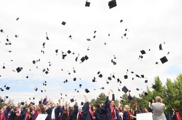 Anadolu Üniversitesi'nde mezuniyet heyecanı başladı Ömer Halisdemir'in eşi Hatice Halisdemir de törene katıldı Bin 520 öğrenci yeni hayata merhaba dedi Ailelerin heyecanı öğrencileri gölgede bıraktı