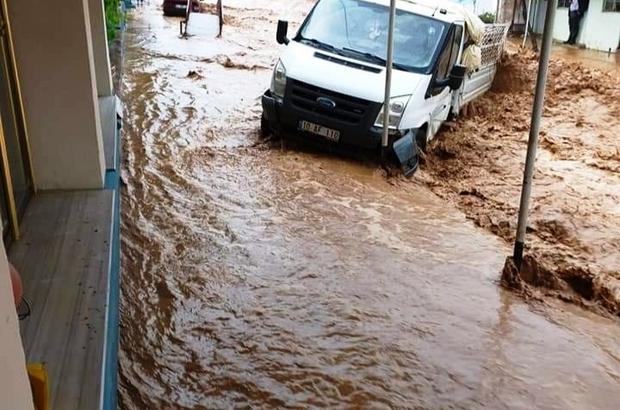 Ödemiş'i sağanak vurdu: Araçlar sürüklendi, tarım alanları sular altında kaldı Birçok yerde su baskını yaşandı, hayvanlar selin ortasında kaldı