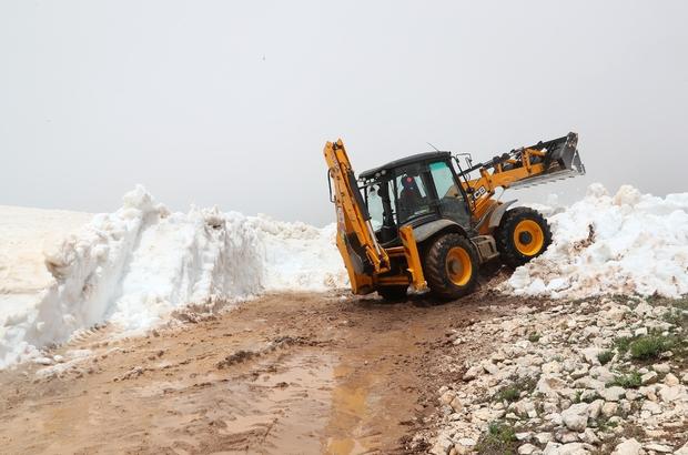 Mersin'de yaz ortasında karla mücadele çalışması Mersin Büyükşehir Belediyesi ekipleri, Anamur ilçesinin yüksek kesimlerinde meydana gelen yoğun kar yağışı nedeniyle hayvanları ile mahsur kalan Yörüklerin yardımına koştu