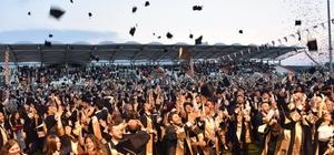 """3 bin 146 öğrenci aynı anda kep attı Bilecik Şeyh Edebali Üniversitesi 2018-2019 akademik yılını mezunlarını verdi Bilecik Şeyh Edebali Üniversitesi Rektörü Prof. Dr. İbrahim Taş; """"Üniversitemizin kurulduğundan bugüne kadar ise toplam 22 bin öğrenci mezun ettik"""" """"Üniversitemiz 7'inci fakültesine kavuşmuştur"""" """"Her daim ülkemizi ve devletimizi geliştirmek önceliğiniz olsun"""" Bilecik Valisi Bilal Şentürk; """"Mezuniyetten sonra da soru değil sorun çözecekleri bir yaşama başlayacaklar"""""""