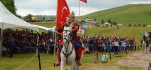 Emir Kümbet ve 6 bin şehit anıldı Türklerin Karadeniz'e giriş kapısı olan Aybastı Perşembe Yaylası'nda 914 yıllık hatıra canlandırıldı Yaklaşık 3 bin kişinin katılım gösterdiği etkinlik kapsamında gerçekleştirilen atlı akrobasi gösterileri, katılımcıların heyecanını yükseltti