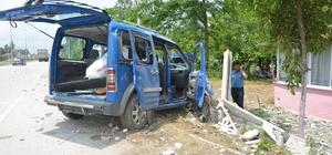 Hafif ticari araç evin çevre duvarına çarptı: 4 yaralı