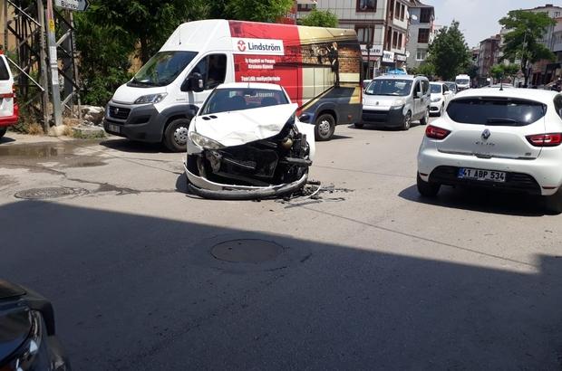 Kaza yapan araçlar yayalara çarptı: 2 yaralı