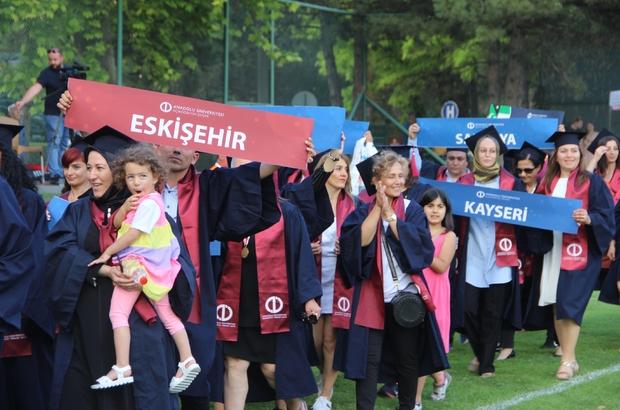 """Açıköğretim öğrencileri mezuniyet sevinci yaşadı Farklı yaş gruplarından öğrenciler diplomalarını aldı Anadolu Üniversitesi Rektörü Prof. Dr. Şafak Ertan Çomaklı: """"Geleceğimizi inşa edecek çocuklarımızı mezun ediyoruz"""" """"Eğitim konusunda Türk milletinin işçisiyiz, hizmetkarıyız"""""""