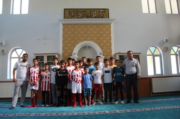 Bu imam başka imam Çocukları kötü alışkanlıklardan korumak için futbol takımı kurdu Önce ibadet sonra antrenman