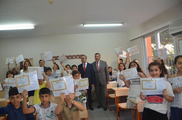 Mersin'de yaklaşık 400 bin öğrenci karne sevinci yaşadı Mersin Valisi Ali İhsan Su, karne dağıtım törenine katılarak, öğrencilerin karne mutluluğunu paylaştı