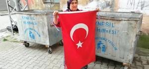 """""""Bunun yeri çöp değil, başımızın üstü"""" dedi, çöpte bulduğu Türk bayrağını evinin kapısına astı"""