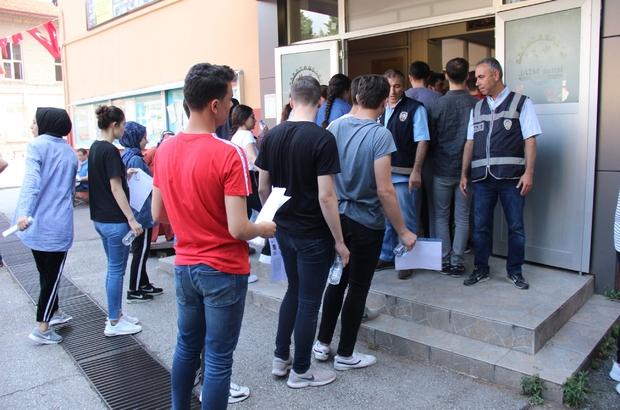 Kocaeli'de üniversite öğrencilerinin sınav heyecanı başladı Öğrenciler içerde aileleri, okul önlerinde sınav heyecanını yaşadı