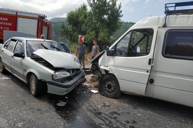 Tokat'ta otomobil ile minibüs çarpıştı: 4 yaralı