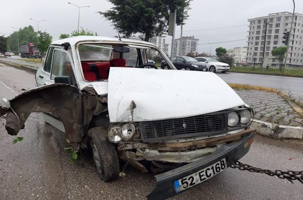 Otomobil otogarın çevre duvarına çarptı: 1 yaralı