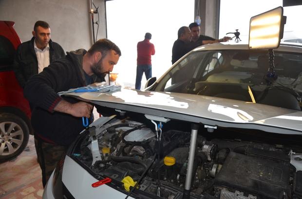 """Dolu yağışı sonrası boyasız onarımda yoğunluk Dolunun zarar verdiği araçların sahipleri, göçük ustalarının yolunu tuttu Boyasız göçük uzmanı Cemil Çokiyi: """"150 aracın kaydını aldık, daha gelecek çok araç var"""""""