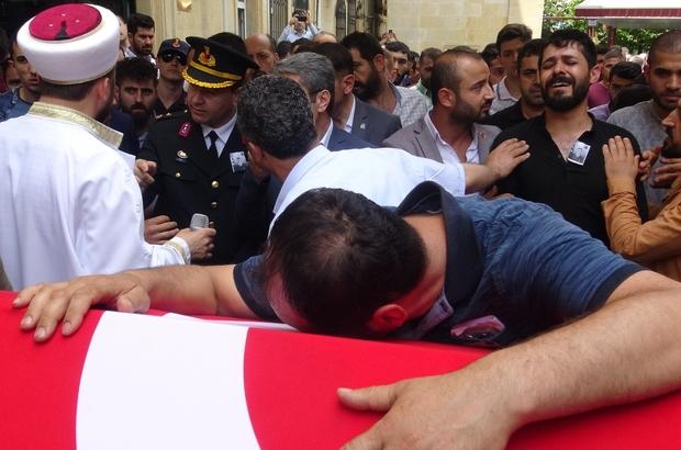 Kaza geçiren jandarmanın cenazesinde gözyaşları sel oldu Kazada vefat eden jandarmanın annesini mesai arkadaşları teselli etti