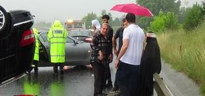 TEM'de lüks araç takla attı: 4 yaralı Kazada yaralananları yağmur nedeniyle yoldan geçenler araçlarına aldılar Sağlık ekipleri şemsiye altında yaralılara ilk müdahaleyi yaptı