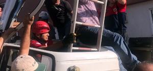 Devrilen kamyonun sürücüsü merdivenle kurtarıldı Kontrolden çıkan çöp kamyonu devrildi