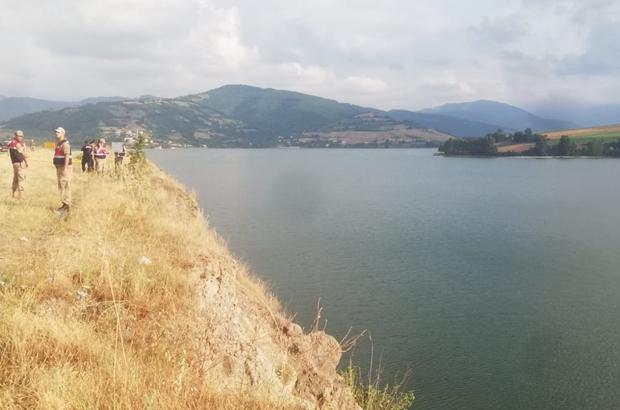 Yakınlarını indirip aracı baraj gölüne sürdü